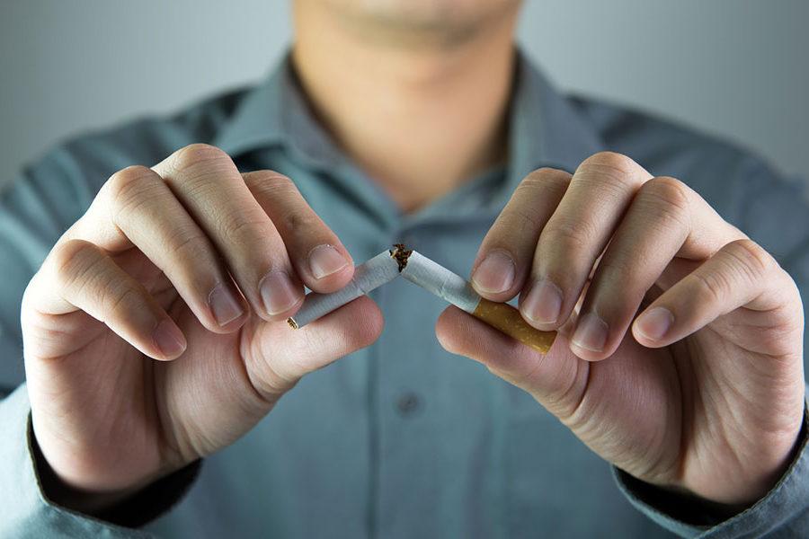 homme qui casse une cigarette