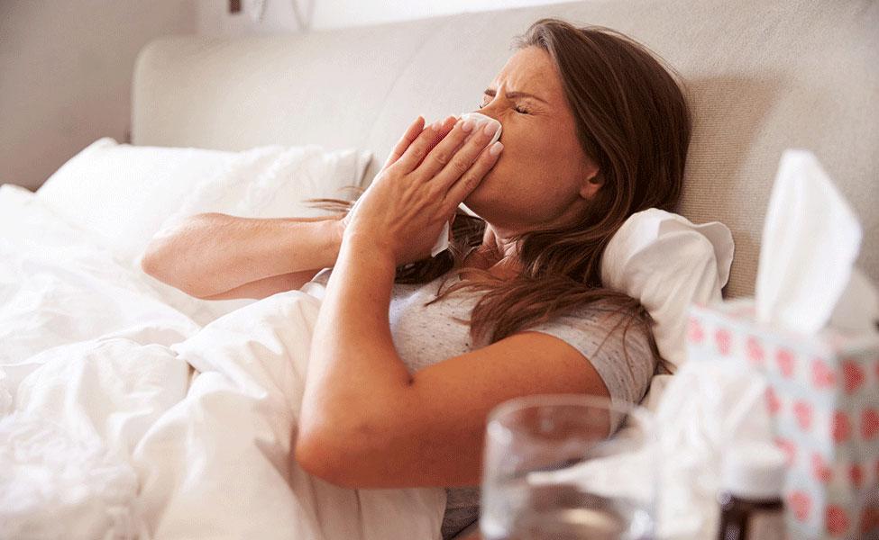 Femme souffrant de la grippe