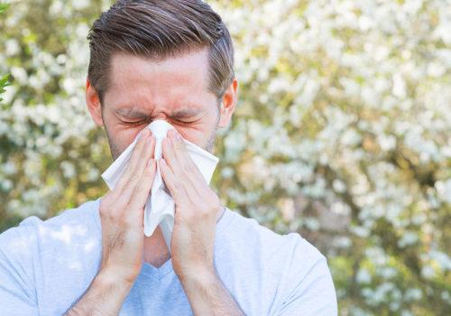 Personne allergique se mouchant