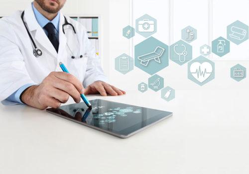 médecin avec une tablette et applications santé connectée
