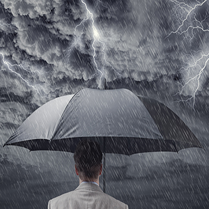 Un homme sous une pluie torrentielle
